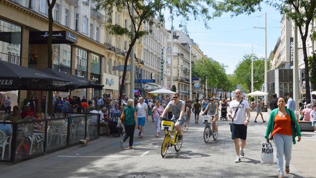 Z rušnej ulice pešia zóna? Na Mariahilfer Straße to dokázali