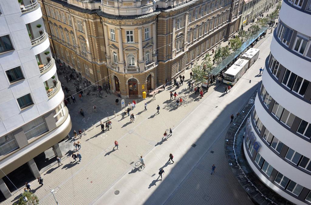 Transformácia Slovenskej ulice v centre Ľubľany na zdieľaný priestor pre verejnú dopravu a chodcov. Foto: Dekleva Gregorič architects